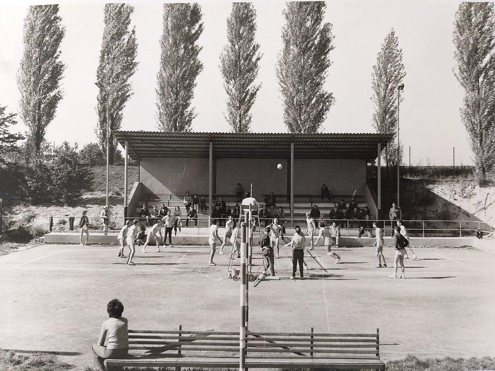 Semčice. Kurty s tribunou v 70. letech