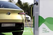 Škoda chce vybudovat 7000 dobíjecích bodů pro elektromobily ve svých závodech.