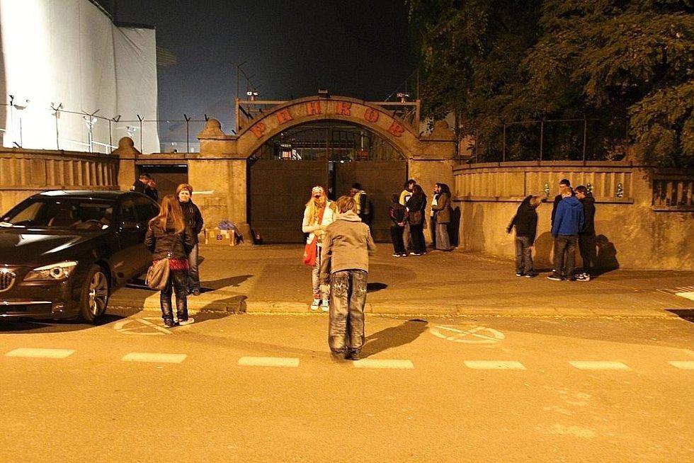 Fanoušci neúnavně čekají na Toma Cruise před budovou bývalé věznice v Mladé Boleslavi.