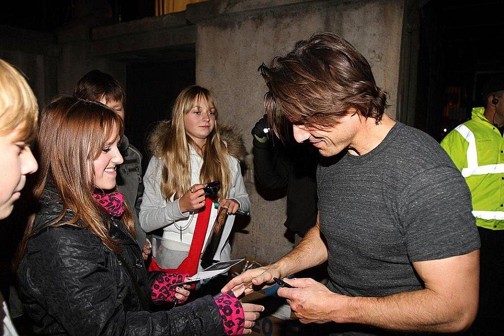 Tom Cruise u věznice v Mladé Boleslavi. Po skončení natáčení se krátce pozdravil s fanoušky.