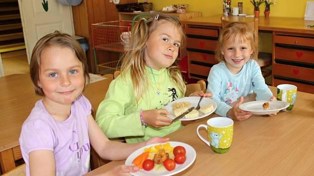 Pro děti z debřské školky je stolování radost. Protože na výběr je denně několik hlavních jídel a příloh, každý si najde tu svou.