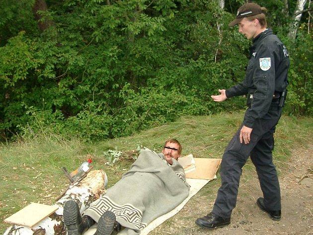 Muž bez domova si vybral Radouč pro přespání i v úterý. Objevili ho tam strážníci městské policie.