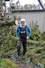Následky vichřice Herwart, které se dotkly i areálu fotbalového stadionu v Mnichově Hradišti, odstraňuje místní firma Těžex.