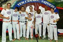 Čerstvě opáskovaní boleslavští bojovníci capoeiry zleva: František Folprecht, Filip Lankaš, Vladyslav Horulko, Karel Popovič, Contra Mestre Pacoca, Mestre DiMola, Jan Hovorka.