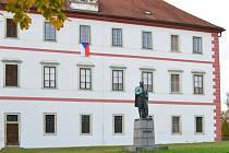 Čtvrtým rokem vyvěšuje Mnichovo Hradiště vlajky pro Masaryka