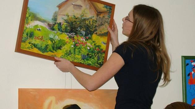 Vernisáž výstavy studentů Pekařova gymnázia v Domě kultury.