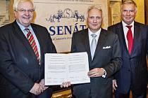 WINFRIED VAHLAND (uprostřed) získal v Praze Uměleckou cenu česko-německého porozumění 2013.