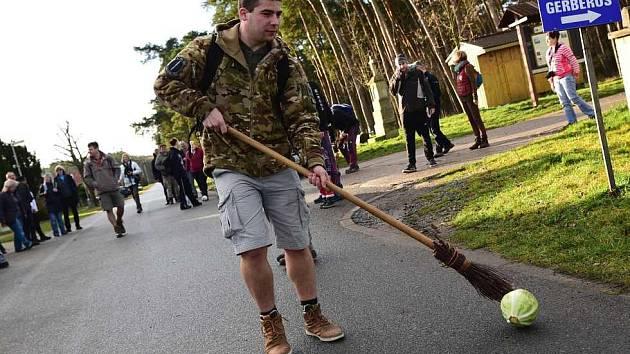 Tradiční Štěpánské koulení zelí v Hlavenci přilákalo padesátku místních