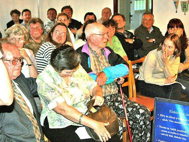 Desítky lidí ze Sušna se ve čtvrtek v Kropáčově Vrutici hlasitě ozvaly, že elektrárny nechtějí. Svou prezentací je podpořil zastupitel obce Jan Bruthans
