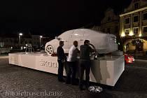 Model vozu Škoda rapid stojí na Staroměstském náměstí