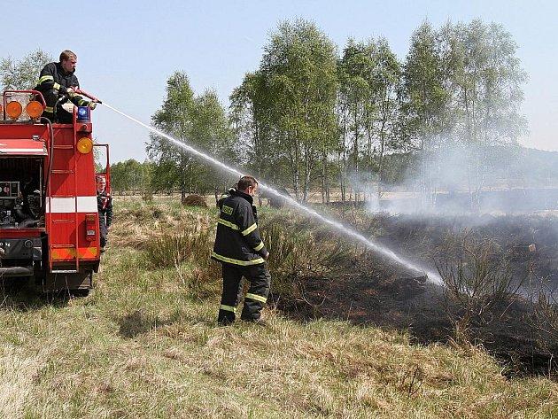 Hasiči za Benátkami bojovali s požárem v bývalém vojenském areálu, kde byla nalezena vojenská munice.