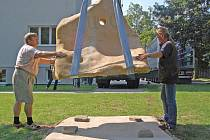 Instalace soch v zahradě Kliniky Dr. Pírka