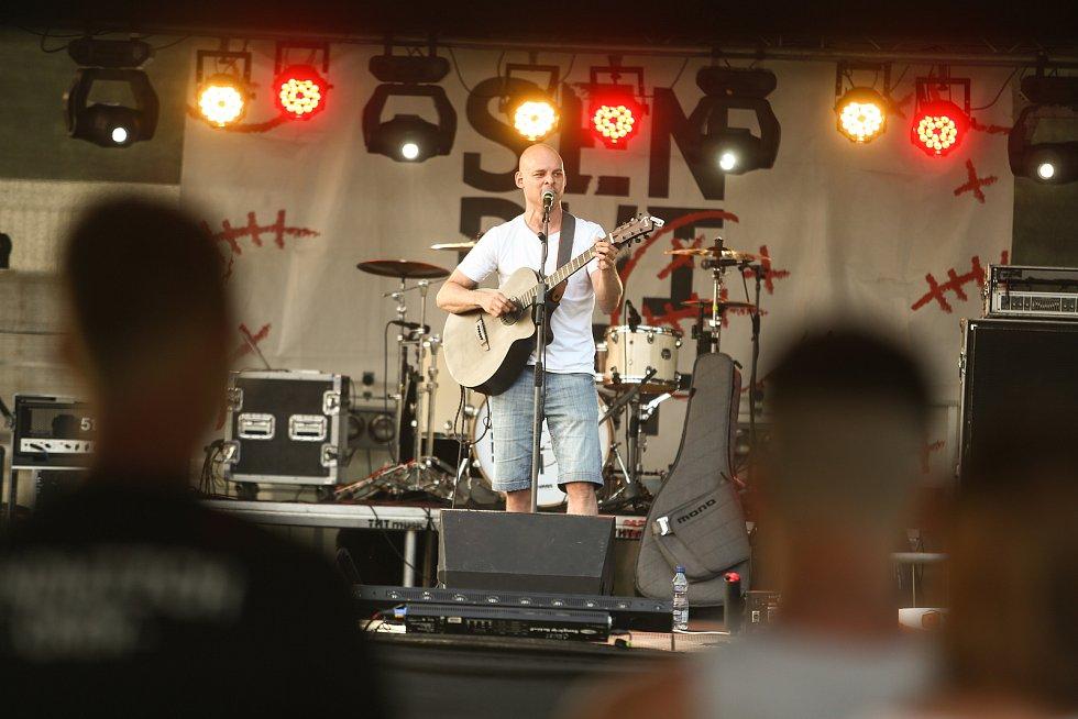 Z hudebního minifestivalu U vody Tour na koupališti ve Všejanech.