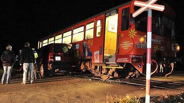 Nehoda vlaku a osobního auta na nechráněném železničním přejezdu. Ilustrační foto.