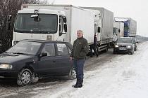 Auta čekající, až bude uvolněna zablokovaná silnice mezi Benátkami nad Jizerou a Lysou nad Labem.