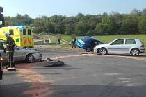Nehoda tří aut v Debří