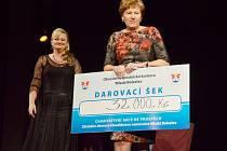 Primářka Helena Tomanová si převzala šek na dvaatřicet tisíc korun