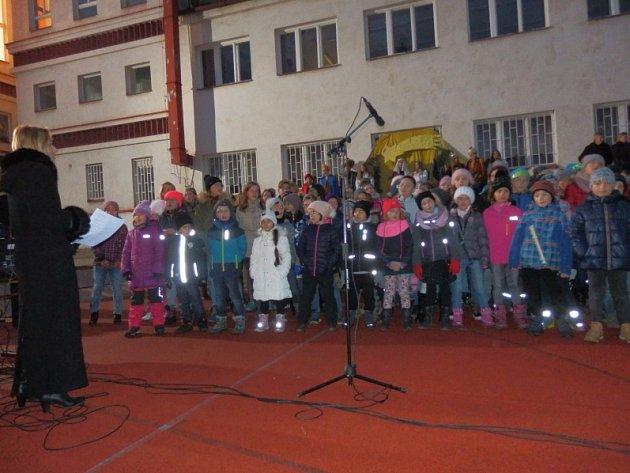Vánoční jarmark pořádaný před nedávnem již pojedenácté 4. základní školou T. G. Masaryka na Svatovítské ulici v Mladé Boleslavi pomohl Mině z Bangladéše.