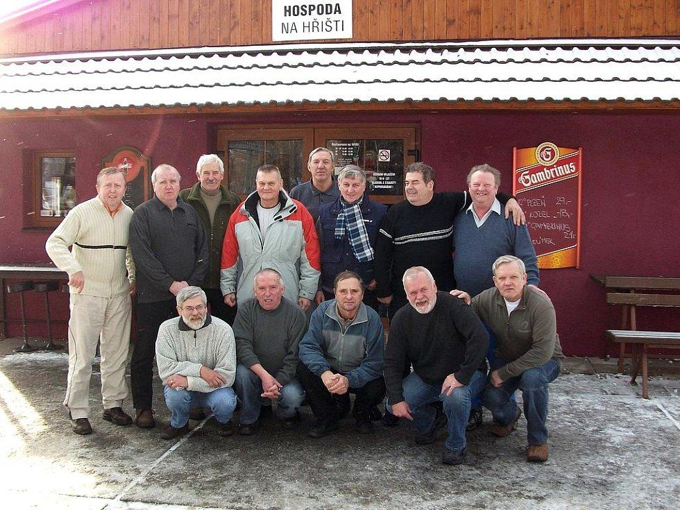 Někteří z účastníků jubilejního padesátého setkání bývalých bakovských fotbalistů