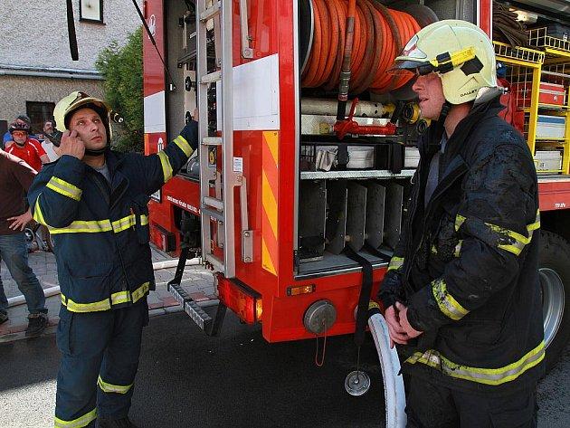 Hasiči zasahovali u požáru střešního prostoru řadového domu v Mnichově Hradišti.