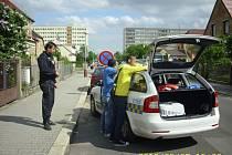 Zloděje textilu se strážníkům podařilo chytit jen kousek od Bondy centra, kde kradli.