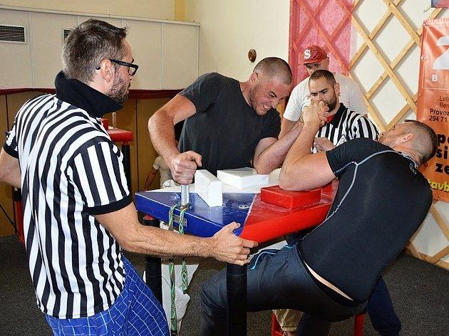 Mistrovství ČR v armwrestlingu, neboli páce, hostil o víkendu Dolní Bousov.
