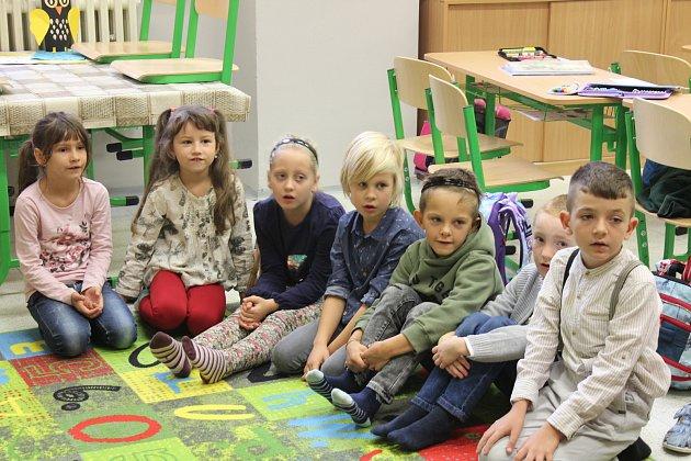 Děti se učí na koberci počítat anglicky