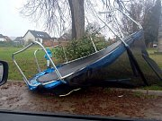 Na zahradě domu v Kněžmostě nevydržela na svém místě velká trampolína.