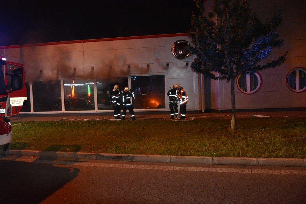 Požár v mladoboleslavském autosalonu napáchal škody kolem deseti milionů.