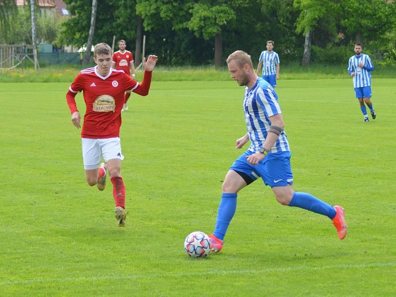 Fotbalisté Dolnobousovského SK (v červeném) remizovali v přípravném utkání s Dobrovicí