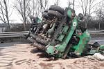 Dálnici D10 zablokoval jeřáb, který spadl z přepravníku.
