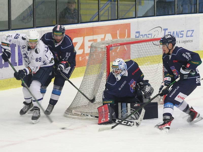 Hokejisté Benátek (v modrém) porazili v 11. kole Chance ligy tým Kolína 3:0 a oslavili první domácí vítězství v sezoně.
