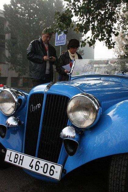 HISTORICI. Včerejší den v Mladé Boleslavi byl ve znamení tradice. V ulicích města se proháněly necelé dvě stovky historických vozů i motocyklů. Konal se totiž už šestý ročník Svatováclavské jízdy. Zahájení se tentokrát konalo u Domu kultury.