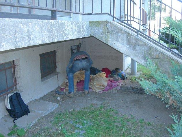 V hromadě hadrů spali bezdomovci pod schody v Mládežnické ulici v Mladé Boleslavi.