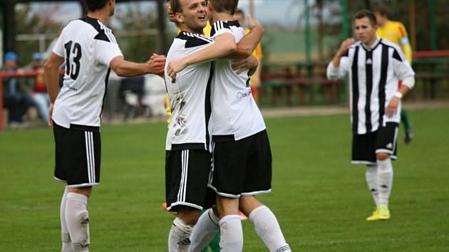 Fotbalisté Mnichova Hradiště jako vůbec první tým v soutěži pokořili v krajském přeboru svého okresního rivala z Rejšic.