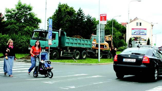Stavba horkovodu znepříjemní život obyvatelům centra města i mnoha řidičům.