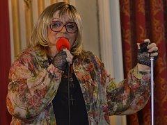 ZRCADLOVÝ SÁL kosmonoského zámku nebývale zaplněný téměř do posledního místa v úterý večer aplaudoval zpěvačce Nadě Urbánkové ve stoje několik minut.