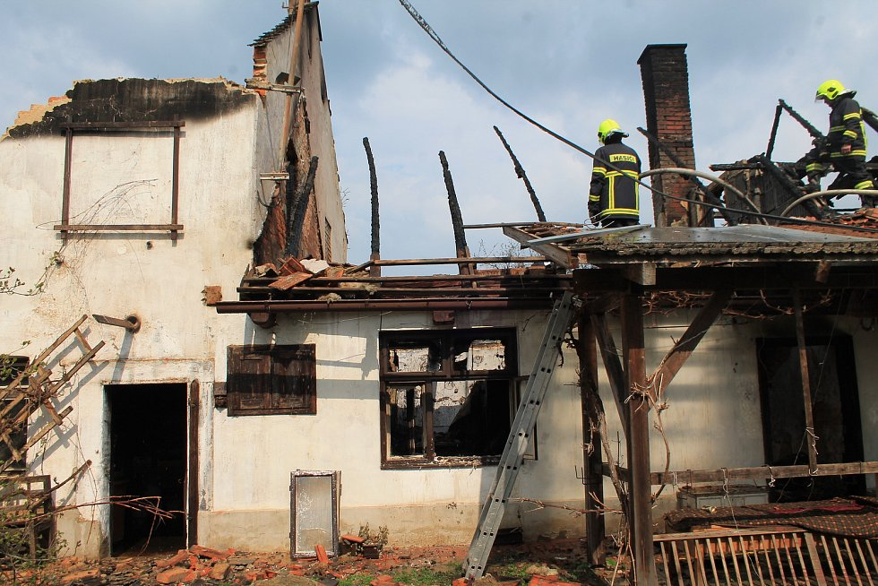 Požár dvojdomku v obci Kruhy u Mnichova Hradiště