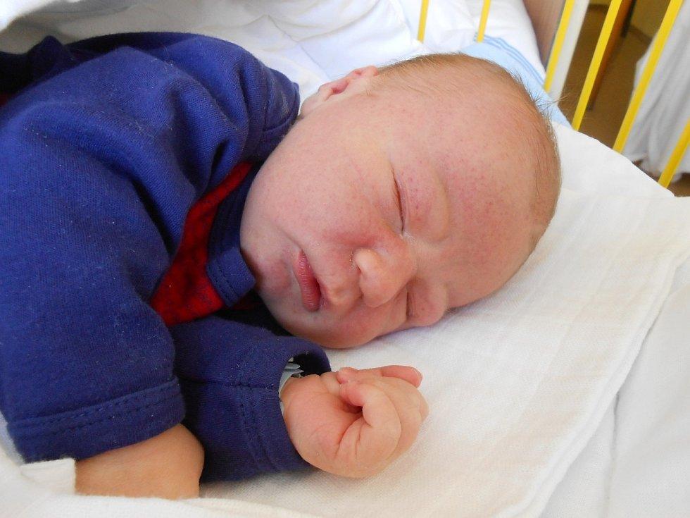 Josef Poklemba se narodil 15. února, vážil 3,87 kg a měřil 52 cm. S maminkou Kateřinou a tatínkem Josefem bude bydlet v Nepřevázce, kde už se na něho těší sestřičky Amálka, Anetka a Kačenka.