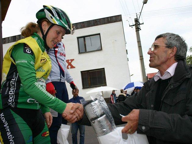 Starosta Hradiště Jaroslav Myška předává cenu jediné závodnici v pelotonu Pavle Havlíkové.