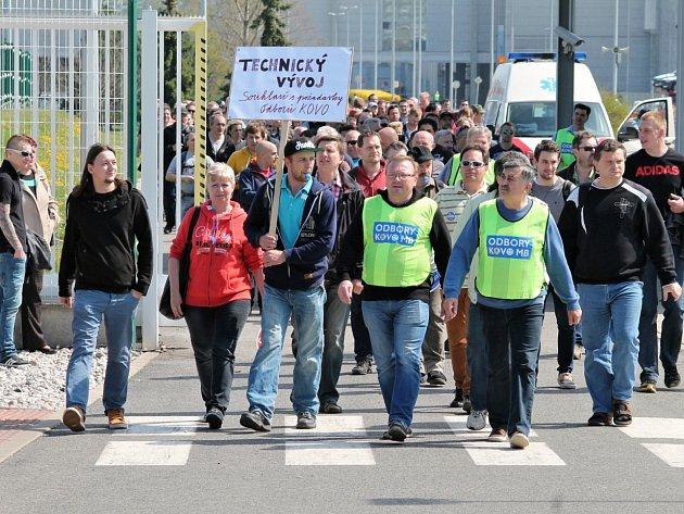 Škodováci protestovali před Pentagonem proti nabídce firmy. Mítinku se zúčastnily tisíce lidí.