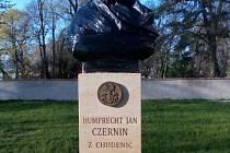 Bustu Černína zakrývá černý igelit.
