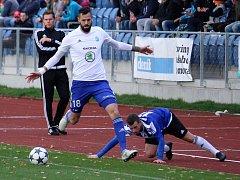 BOLESLAVSKÝ útočník Lukáš Magera si v osmifinále MOL cupu kryje míč před domažlickým Markem Hejdou.