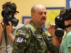 Vojáci ukázali školákům i masky.