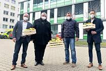 Lidé i firmy do Klaudiánovy nemocnice nosí dobroty i pomoc.