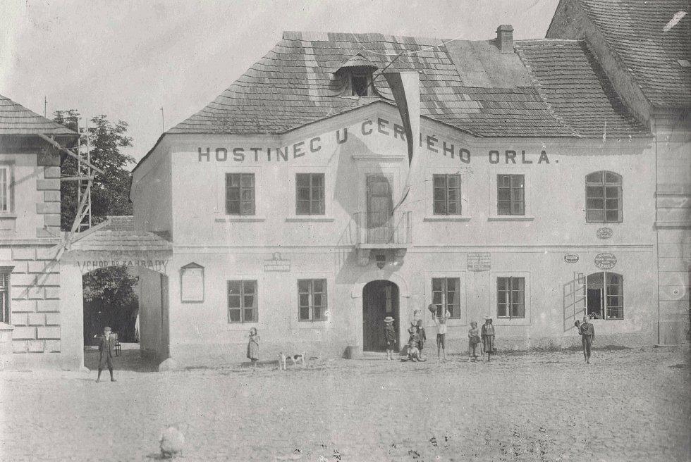Zaniklé domy v Mnichově HradištiDnes přinášíme fotografie domů, které již dnes nestojí. Všechny, kromě jednoho, který stával v ulici Víta Nejedlého, potkávali naši předkové na dnešním Masarykově náměstí. Protože Muzeum Mnichovo Hradiště zahajuje 21. červn