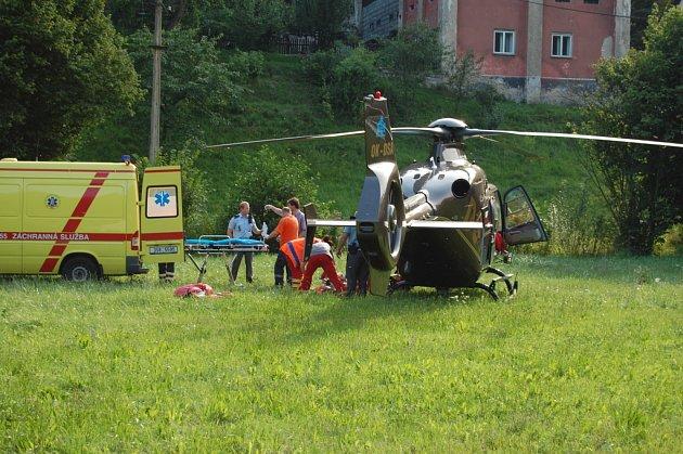 Zraněného muže po pádu z lešení v Bělé pod Bezdězem transportoval v pátek večer vrtulník do nemocnice.