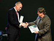 Richard Král přebírá cenu za druhé místo v anketě Bruslař desetiletí od trenéra Františka Výborného.