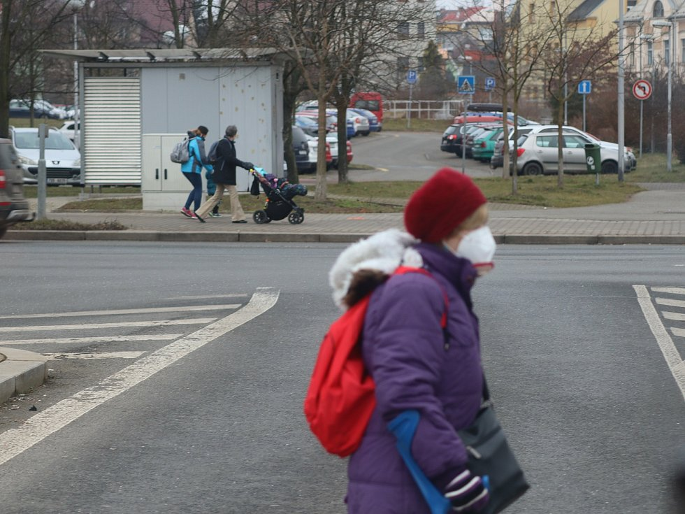 Lidé s respirátory v pondělí 1. března v ulicích Mladé Boleslavi.