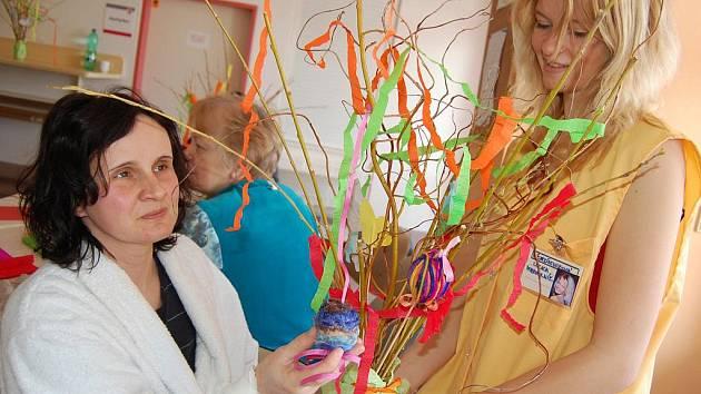 Pod rukama dobrovolníků a pacientů nemocnice vznikaly velikonoční dekorace.